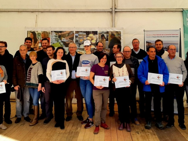 Indira Amaya i Maria Vicente arrepleguen el certificat marca Parc Natural amb les altres 19 empreses valencianes que han aconseguit el distintiu