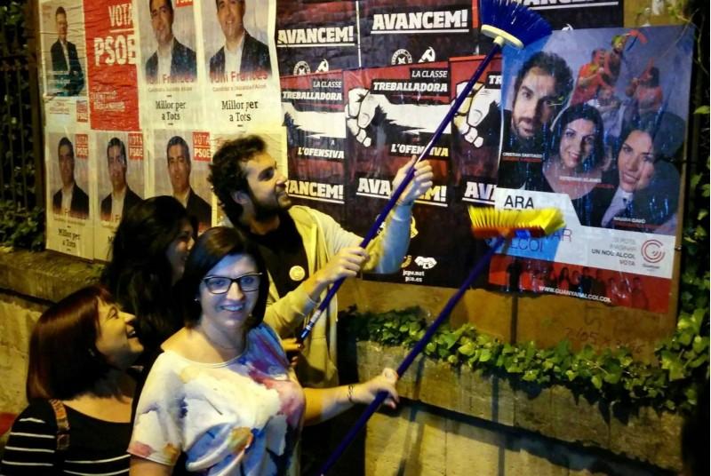 Enganxada de cartells de Guanyar Alcoi per a les elecions locals de 2015 / Perfil Facebook Guanyar Alcoi