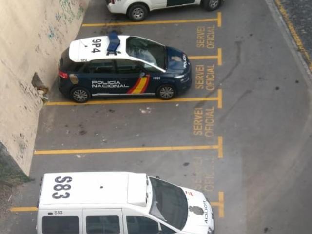 Els vehicles policials que han portat al detingut a declarar als jutjats d'Alcoi
