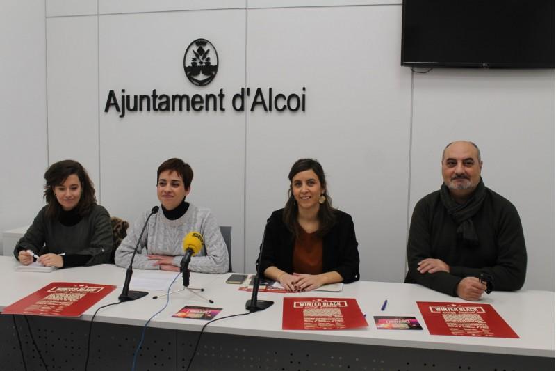 La regidora Maria Baca (centre esquerra) amb integrants de l'associació 'Little Black'.