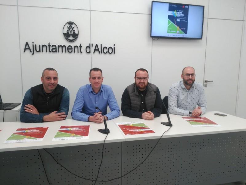 El regidor d'Esports, Alberto Belda, amb alguns dels organitzadors del torneig.