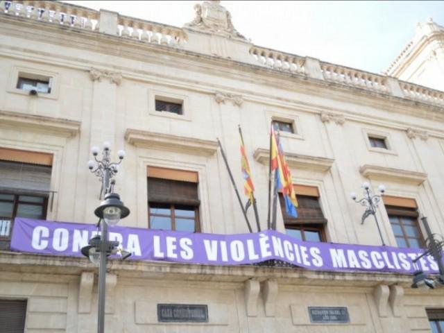 Pancarta en la façana de l'Ajuntament. Foto d'arxiu