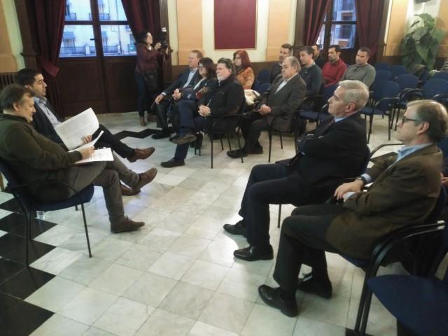 Reunió amb la presència de l'alcalde, Toni Francés, i el regidor d'Indústria, Manolo Gomicia.