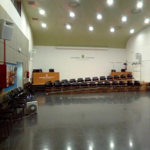 El saló d'actes amb les llums actuals / Centre Social Real Blanc