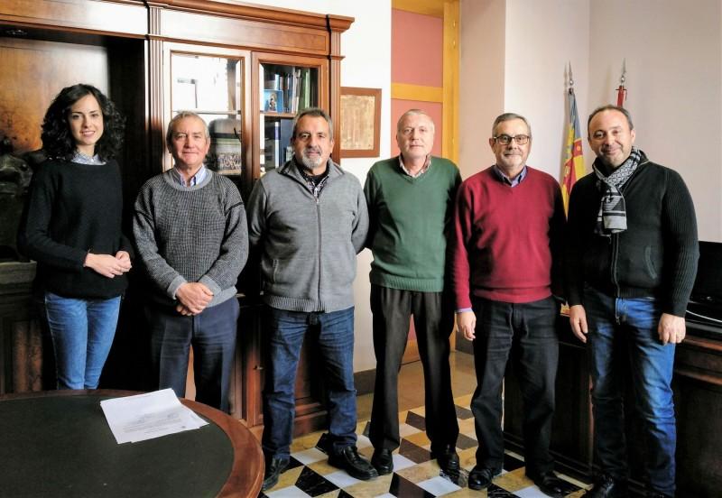 L'alcaldessa Mireia Estepa i el regidor Marcos Castelló, amb els 4 agents que es jubilen