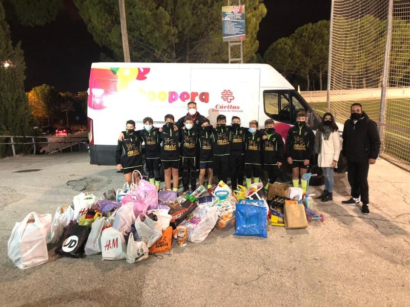 Un dels equips amb les bosses de menjar i joguets