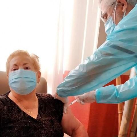 Una de les primeres dones vacunades a Cocentaina, Amparo Abad de 84 anys. Imatge facilitada per la seua família