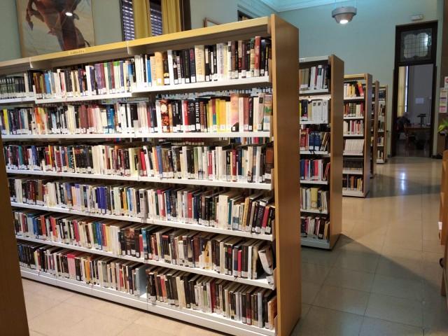Prestatgeries de llibres a la Biblioteca Municipal Central d'Alcoi.