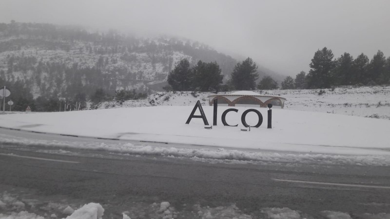 Rotonda d'accés a Alcoi aquest matí de dilluns 20 de gener.