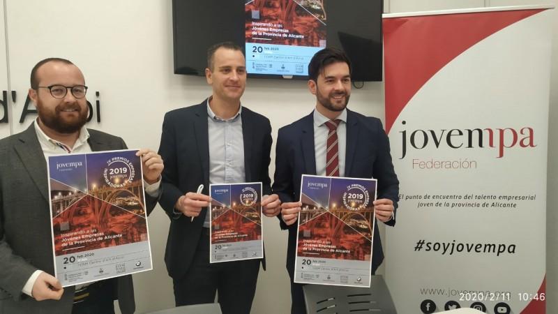 El president provincial de JOVEMPA, David Santiago, presenta els premis amb el presidemnt comarcal Quino Palací, i el regidor de promoció econòmica, Alberto Belda