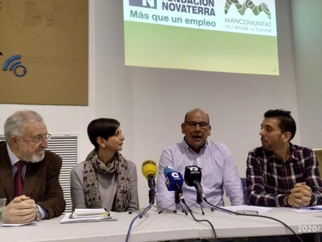 El president i gerent de la Mancomunitat, amb el president de Novatera i l'orientadora laboral.