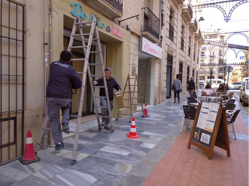 Obres de posada a punt d'un establiment en el carrer Sant Llorenç.