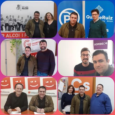 El president de Ponts d'Igualtat, Aitor Pla, amb representants dels diferents partits polítics de l'Ajuntament d'Alcoi.