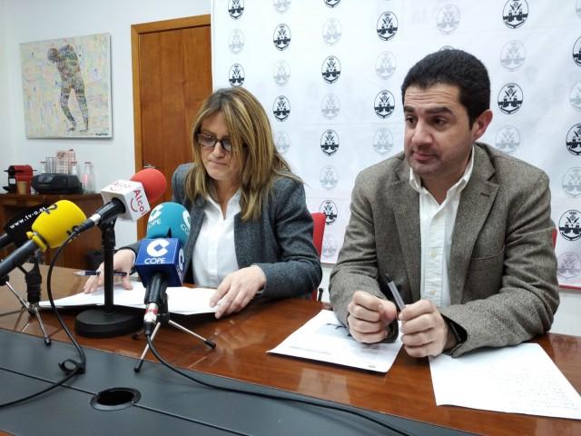 La regidora d'Hisenda i l'alcalde presenten la proposta de pressupostos.