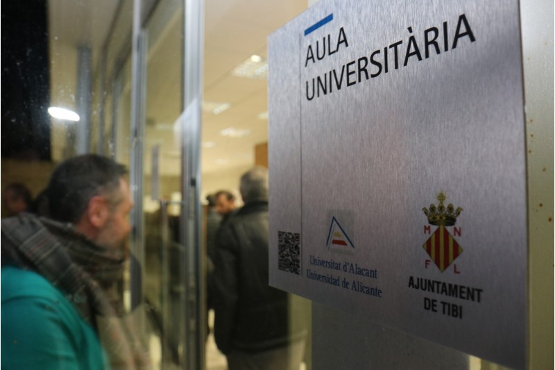 Placa que acredita a Tibi la seua Aula Universitària.