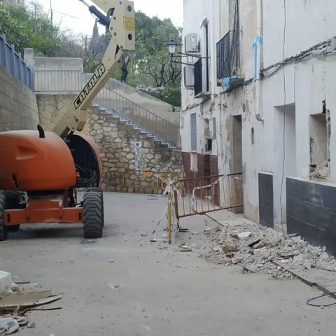 Treballs d'enderrocament en el carrer Sant Josep.