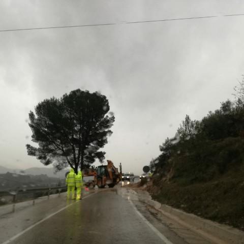Una grua retira els despreniments de la carretera de Benilloba, aquest matí 21 de gener