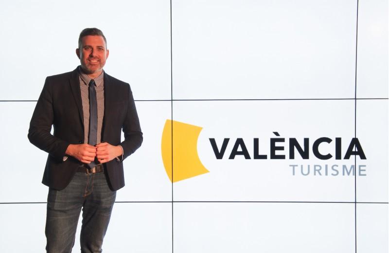 El diputat de turisme JordiMayor, amb la nova imatge de València Turisme.