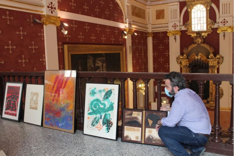 Raül Llopis amb algunes de les obres donades / Facilitat per l'Ajuntament d'Alcoi