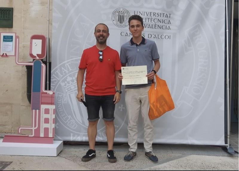 Nicolás amb el premi // Imatge vía xarxes socials La Salle Alcoi