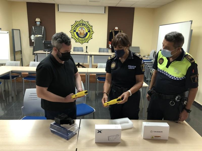 Raül Llopis junt amb policies locals / Facilitat per l'Ajuntament d'Alcoi
