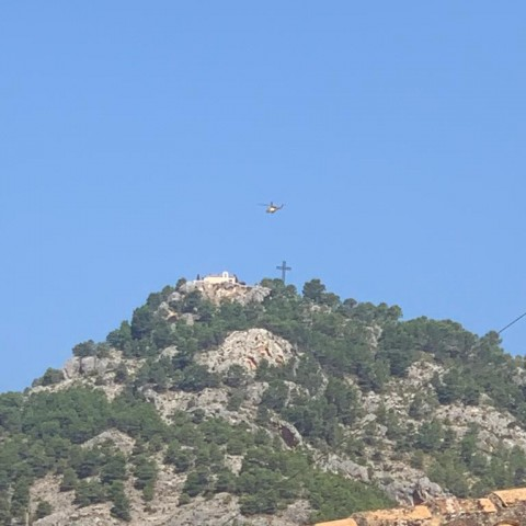 Helicòpter sobrevolant Alcoi