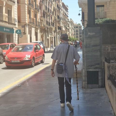 Una persona major al carrer // Imatge vía Ajuntamet d'Alcoi
