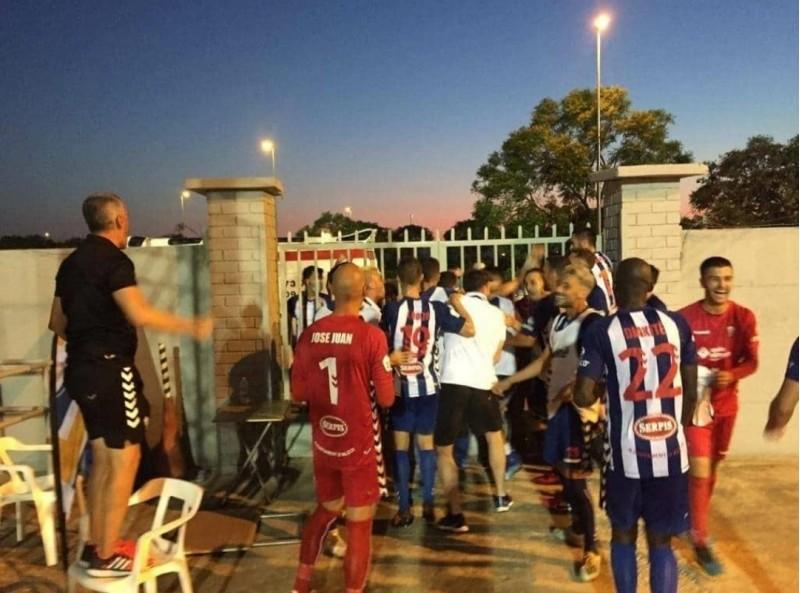 Moment d'èxtasi al finalitzar el partit a Alzira / Imatge del twitter @Planesbib