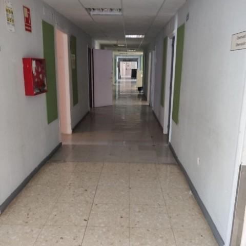 Àrea de pediatria de l'Hospital Vergedels Lliris, amb els corredors buits i preparats per a la reforma. /ARAMULTIMÈDIA