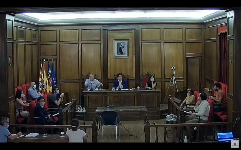 Un moment del plenari, amb el portaveu Quique Ruiz a la esquerra de la imatge.