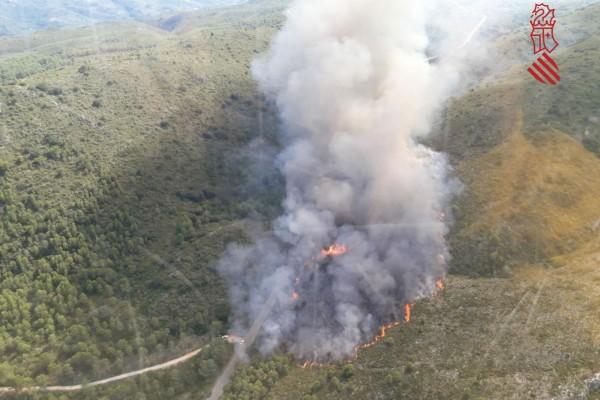 Incendi forestal a prop de L'Orxa que es veu des de tot El Comtat