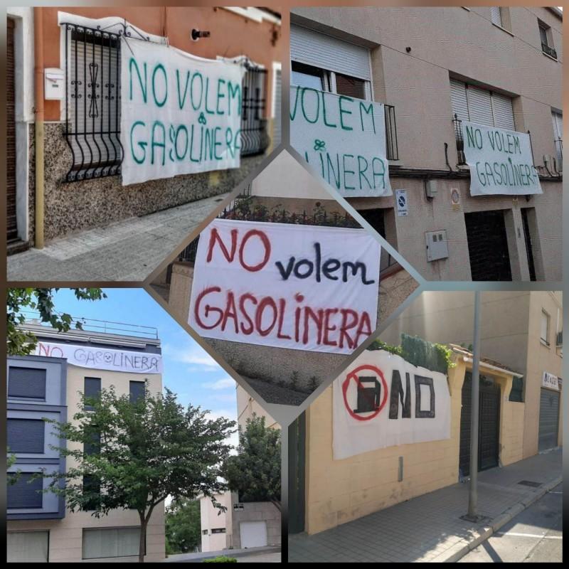 Pancartes en contra de la gasolinera en diversos balcons