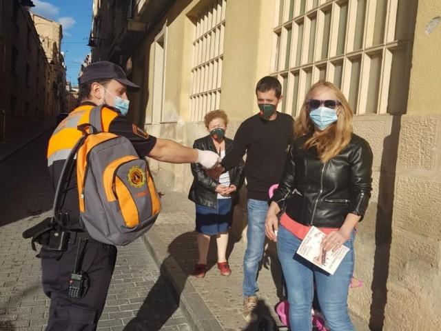 L'Ajuntament insta a peu de carrer a què la gent camine per la vorera de la dreta