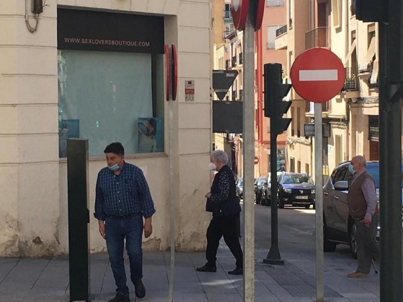 Gent en mascareta pel carrer. Foto de recurs