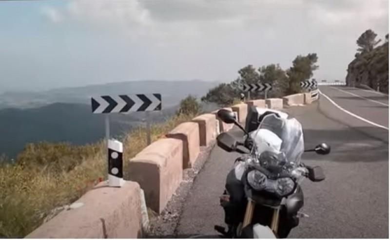 Una moto en el port de La Carrasqueta