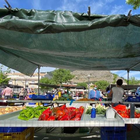 De nou es venen fruites i verdures al mercadet de Cocentaina