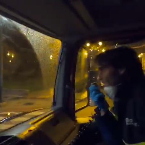 Els bombers agraeixen per megafonia a la gent que es queda a casa