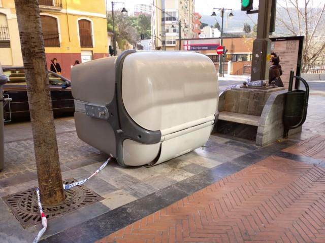 Un contenidor bolcat pel vent a Alcoi