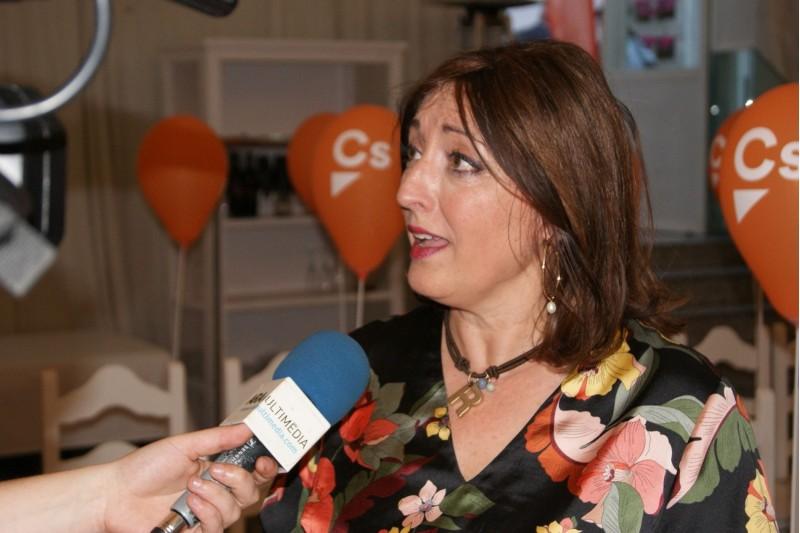 Rosa García en un acte de campanya electoral.