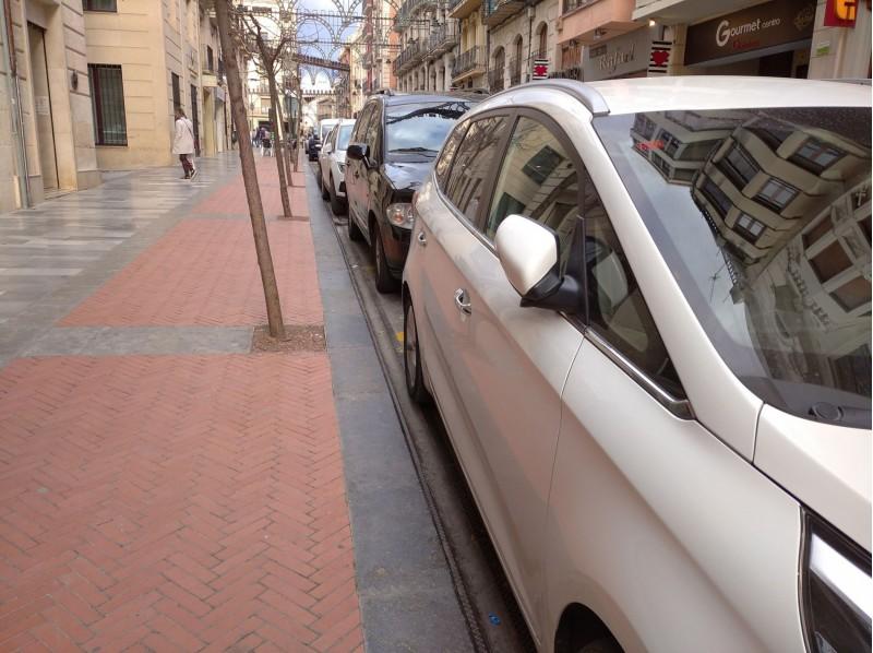 Cotxes estacionats en el carrer Sant Llorenç d'Alcoi.