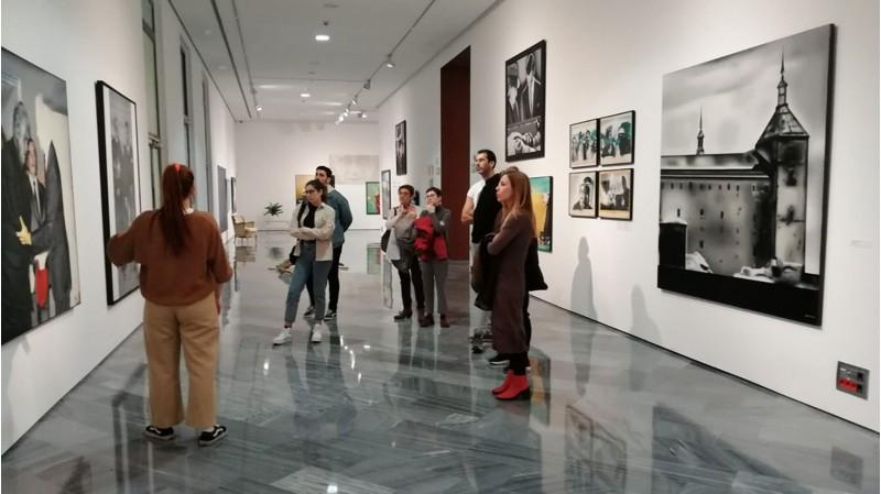 Una de les visites a la mostra antològica de Jorge Ballester.