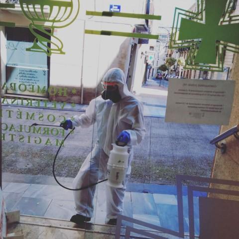 Continuala desinfecció a Alcoi a les portes de les Farmàcies