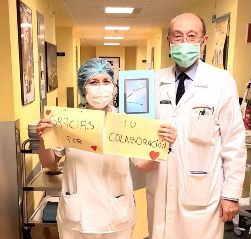 L'encarregat de repartir les tauletes ha sigut el doctor i soci rotari JoséVicenteVidal.