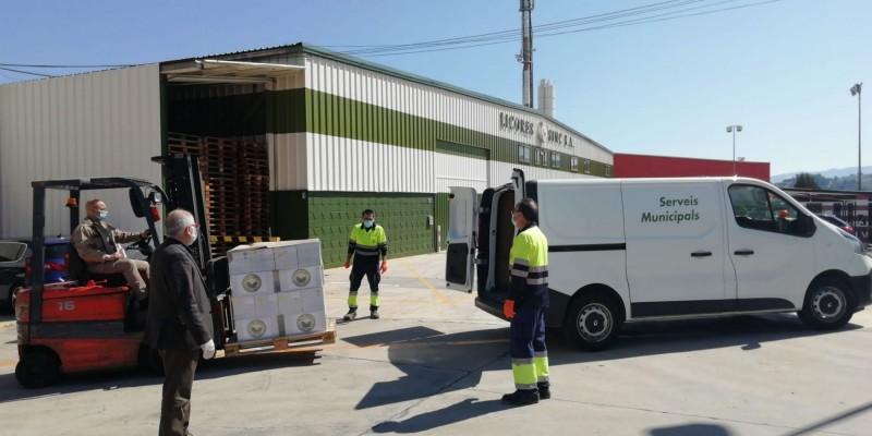 Operaris municipals recullen el material en les instal·lacions de Licores Sinc.