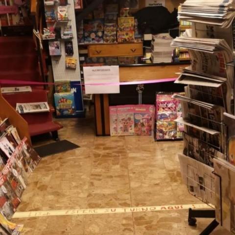 La llibreria Llorens, un dels comerços que atén per telèfon i a domicili, i que ha establit mesures per assegurar la distància entre clients.