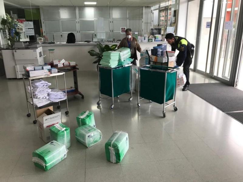 La policia local ha ajudat en el transport de material.