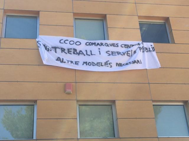 Pancarta reivindicativa en la seu de CCOO en Alcoi.