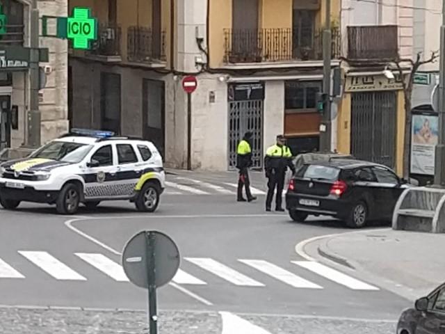 Policies locals en Alcoi demanen identificació a un conductor.