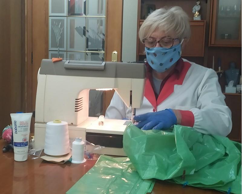 Voluntària confecciona una bata de protecció a partir d'una bossa de brossa.