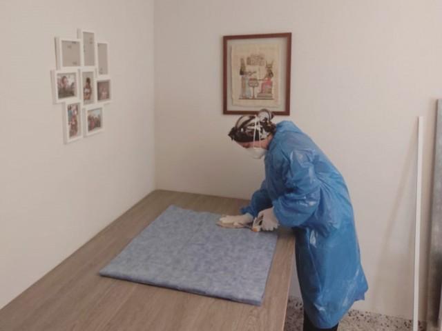 Una de les voluntàries prepara material a casa